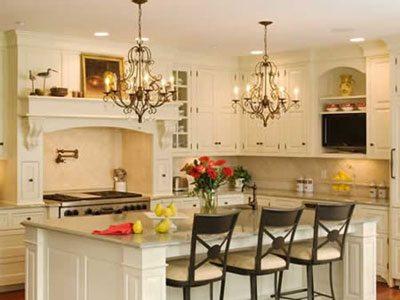 Для кухни-столовой не исключается использование сразу двух люстр, выполненных в одном стиле