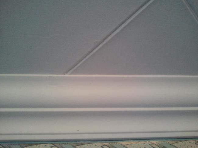 Потолочный плинтус скроет огрехи на стыках со стенкой.
