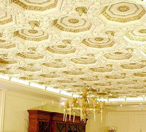 Потолки расписаны бронзой