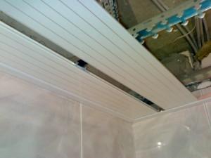 Как делать потолок из реечных панелей