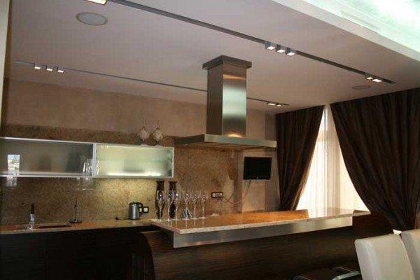 Встроенная в потолок акустика на кухне