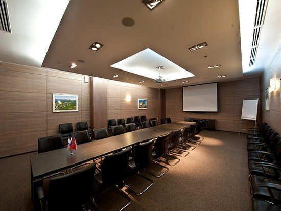 Акустическая система потолочная в интерьере гостиничного конференц-зала