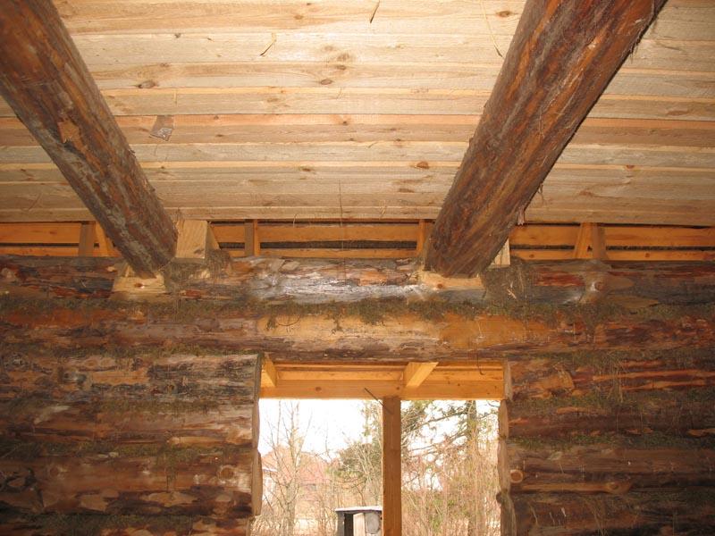 Потолочные балки в деревянном доме зачастую используют в качестве опор для перекрытия