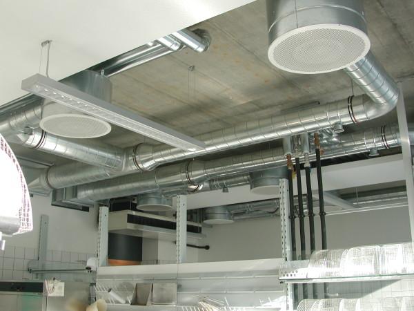Кухня-столовая. Воздуховоды и диффузоры изготовлены из оцинковки.