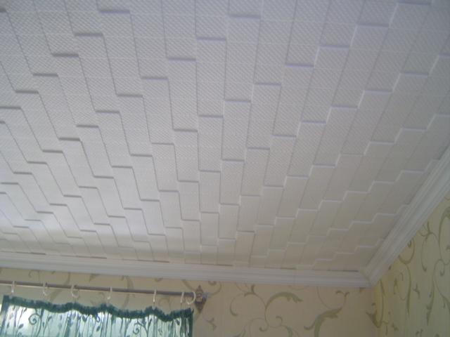 Потолок, отделанный пенопластовой плиткой