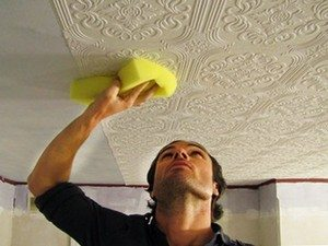 Прижимайте плитку губкой или мягкой салфеткой