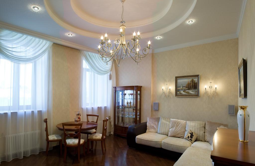 Удачно выбранная люстра станет главным украшением гостиной.