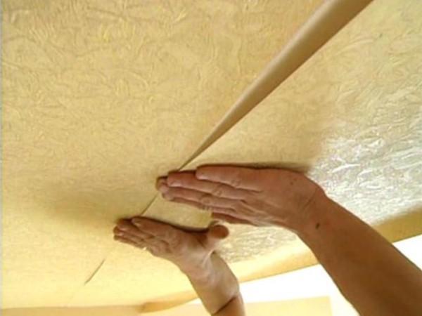 Поклейка обоев на потолок. Не забудьте снять старые, если они были до монтажа и выровнять поверхность!