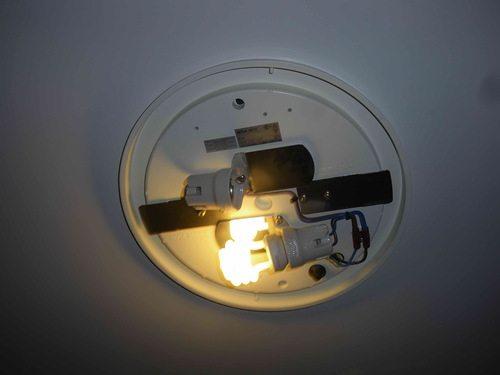 Для замены лампочки рассеиватель нужно снимать