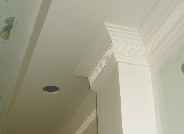 Потолочный плинтус фиксируется к любым потолкам и изящно скрывает шов стыка стены и потолка.