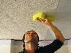 Прижимайте плитку из полиуретана губкой или салфеткой