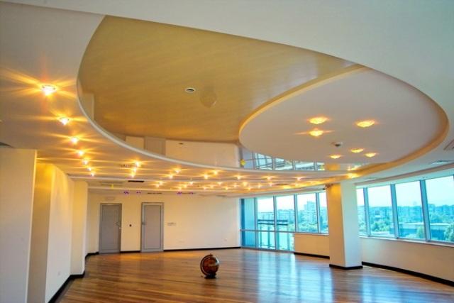 Красивая комбинированная потолочная конструкция