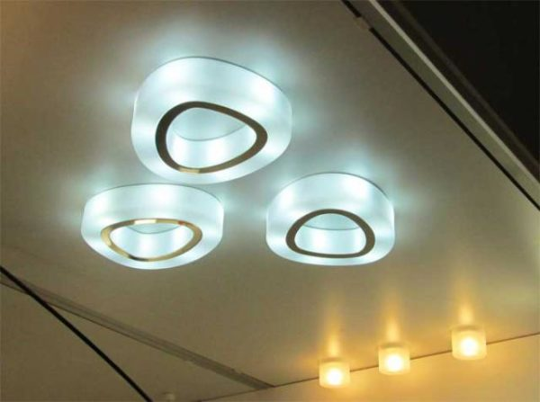 Потолочные приборы оптимальны при невысоких стенах.