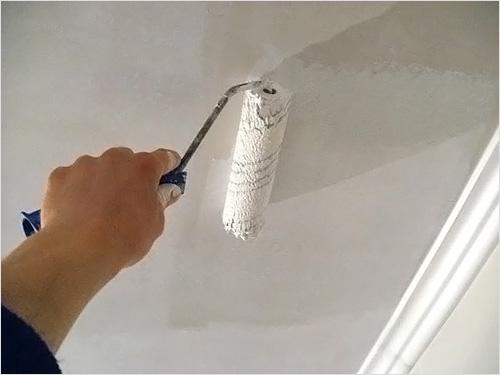 Грунтовка потолка перед тем, как начинать клеить плитку
