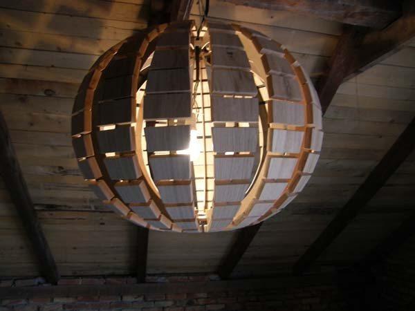 Здесь пожарная безопасность на высоте: лампа накаливания расположена на удалении от деревянных элементов