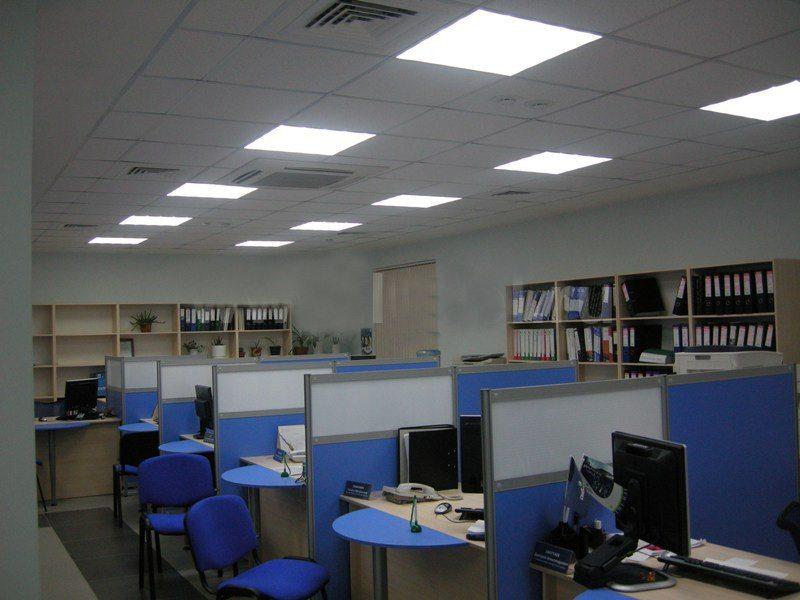 Фотография типичного офиса. В нем нас интересуют прежде всего светильники