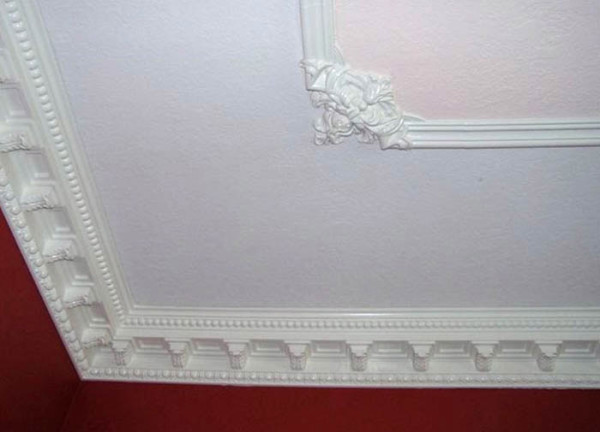 крыть стык между стенами и потолком, сделать потолок более привлекательным внешне и замаскировать переход между двумя разновидностями отделки (например, между обоями на стене и окрашенным потолком), часто используют различные декоративные накладки. И самой распространенной из них является потолочный молдинг – полиуретановый, деревянный или пластиковый, он придает потолку завершенность и выступает своего рода границей между потолком и стенами.  Что представляют собой потолочные молдинги, как выбрать молдинг и как его правильно закрепить – обо всем этом мы расскажем в статье. <!--more-- srcset=