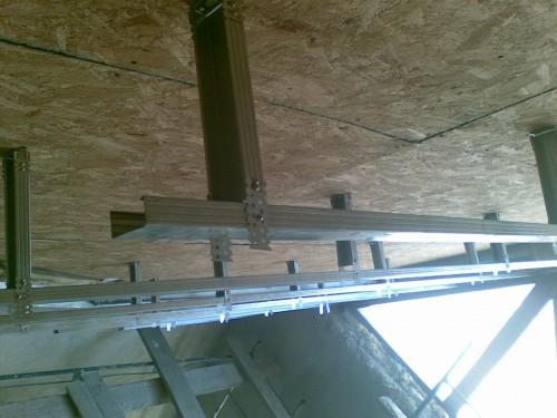 Из-за большой массы подвесного потолка крепление профилей производим специальными подвесами разных видов.