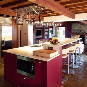 Оригинальная люстра в очень нестандартной кухне с очень низкими потолками