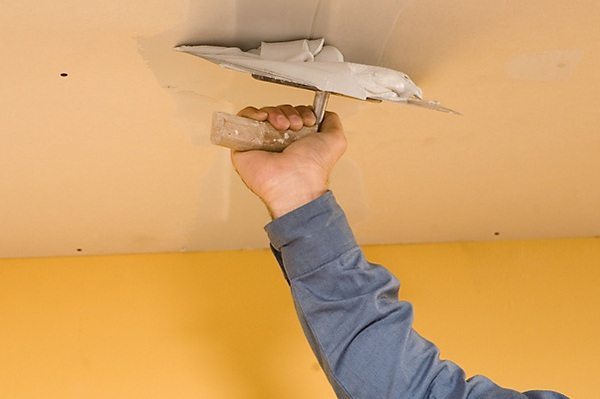 олок можно назвать крайне важным элементом интерьера любой комнаты, поэтому его отделке следует уделить особое внимание. Ремонт в комнате всегда начинается с потолка, и первым этапом является подготовка поверхности. Рассмотрим, как сделать черновой потолок своими руками.  Эта работа включает в себя снятие прежних покрытий, выравнивание поверхностей, нанесение грунта. Иными словами, ремонт чернового потолка заключается в его подготовке к нанесению новой отделке.  <!--more-- srcset=
