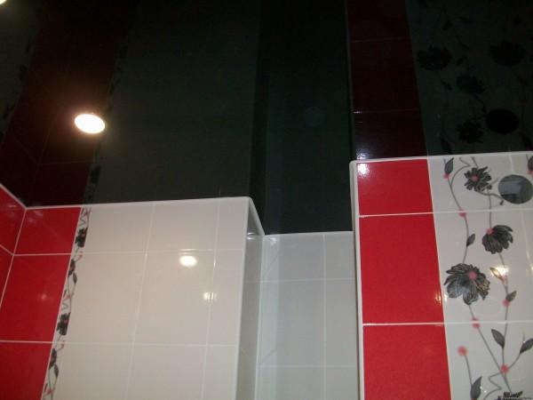 Сочетание красно-белой плитки и черного потолка в ванной.