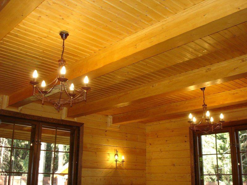 Вагонка – универсальный материал для деревянного потолка