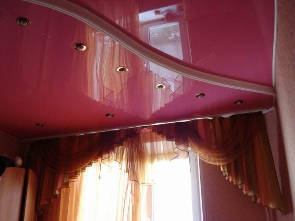Потолки из ПВХ пленки со встроенными светильниками, выполненные в два уровня