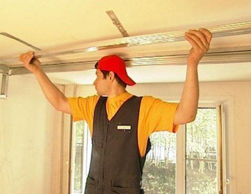 Гипсокартон всегда опускает потолок ниже, так как крепится с использованием направляющего профиля