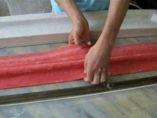 Форма переворачивается вверх дном и снимается с изделия