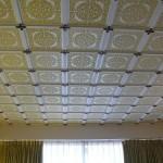 Потолок из светлой потолочной плитки