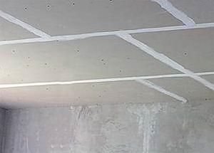 Потолок из гипсокартона готовый к финишной отделке