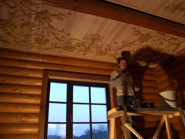 Оригинальным украшением деревянного потолка может стать нанесение на него стилистического старорусского орнамента