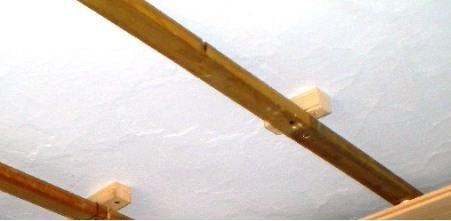 На фото показано как сделать крепление реек через прокладки
