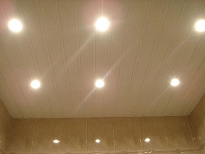 В потолочные панели легко встраиваются осветительные приборы