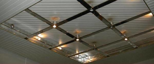 Основной материал потолка - обычная пластиковая вагонка.