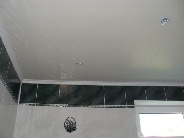 Потолок из ПВХ панелей в ванной комнате