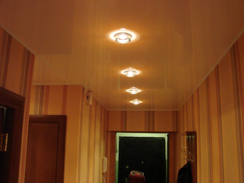 Черный потолок в прихожей фото