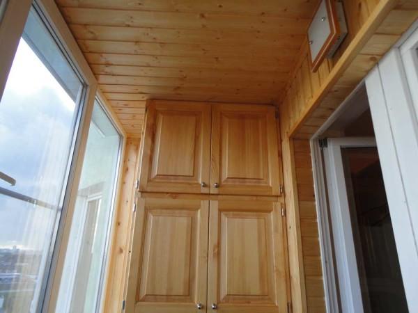 Вариант отделки потолка и стен балкона вагонкой