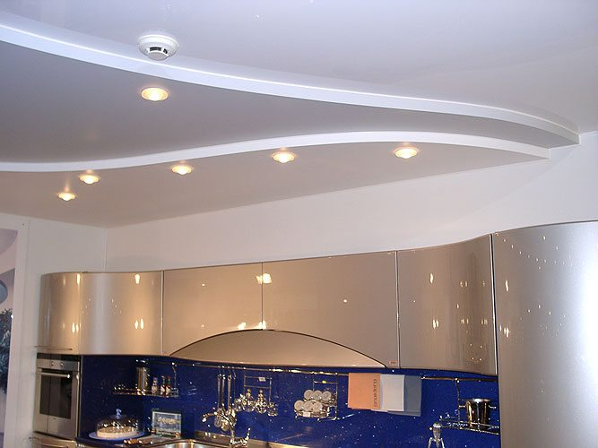 При абсолютном отсутствии блеска матовая фактура создает классические виды потолков на кухне