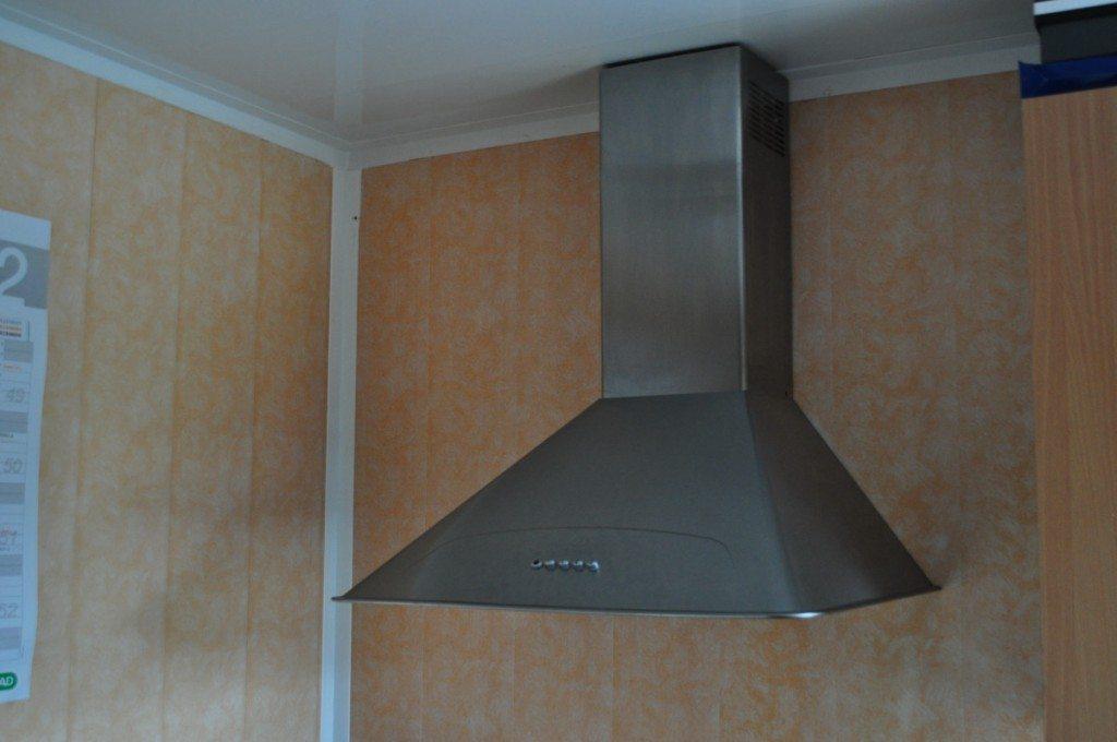 В панельном потолке можно легко скрыть различные линии коммуникаций, например воздуховод вытяжки