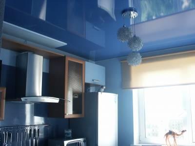 Глянцевый натяжной потолок в небольшой кухне