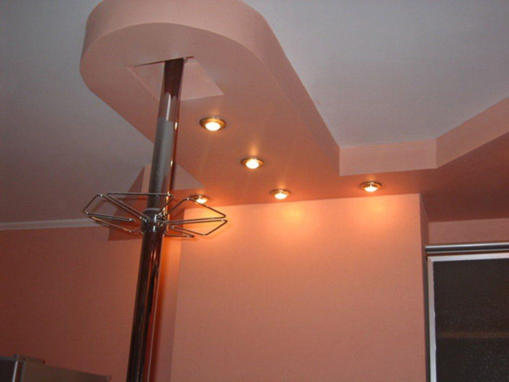 Потолок над модной барной стойкой сделаем в виде ее своеобразного обрамления