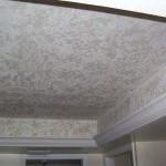 Потолок, обклеенный обоями
