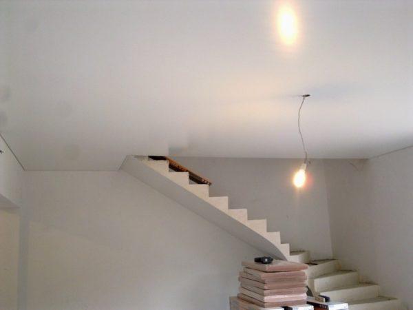 Потолок, окрашенный глянцевой воднодисперсной краской
