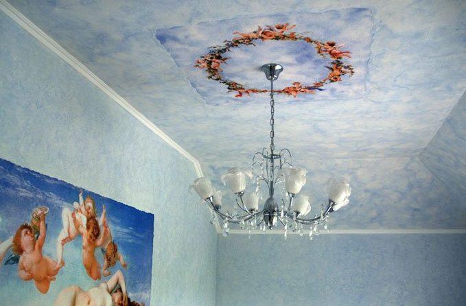 Потолок, окрашенный текстурной краской, выглядит потрясающе