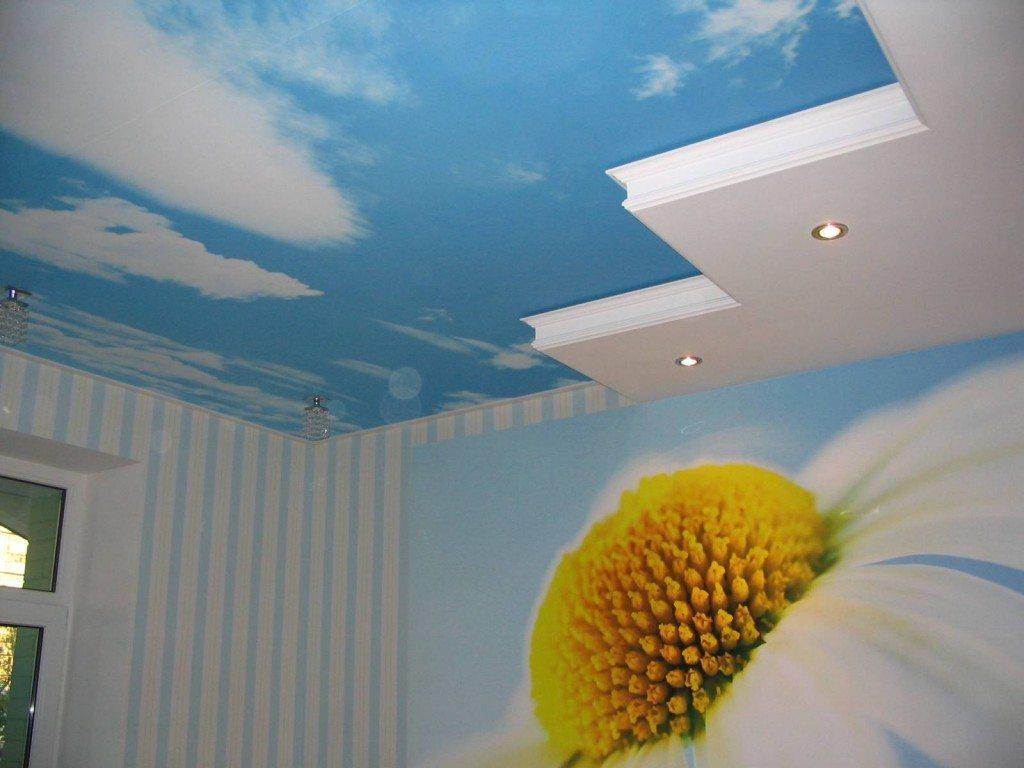 Потолок с рисунком неба.