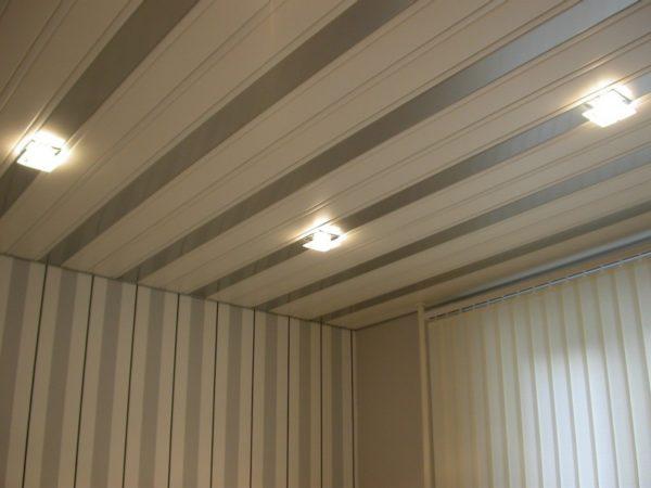Потолок со встроенной подсветкой.