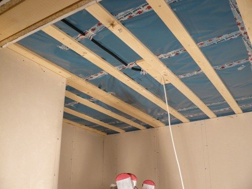 Каркас из брусьев на потолке под ПВХ панели