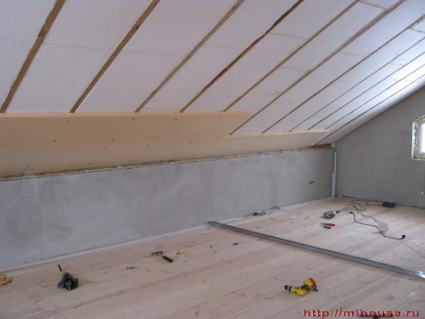 Пенопласт очень популярен в качестве материала для утепления стен мансарды. Прежде всего из-за того, что хорошо держит первоначальную форму.