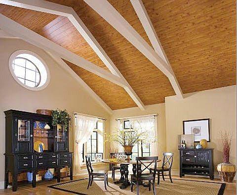 Очень впечатляет эффектный контраст с деревянным потолком окрашенных или оштукатуренных белых стен, перегородок из гипсокартона и подобных стеновых материалов